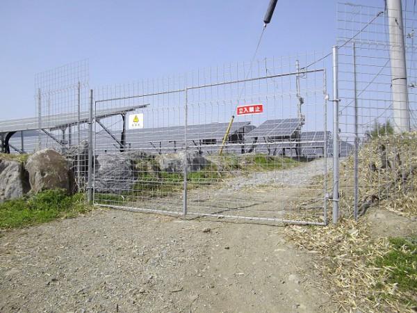 フェンスの設置されている太陽光発電所②