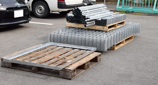 フェンス資材写真(ユニック車へ積み込み前)